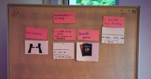 Text und Bildkärtchen hängen an einer Tafel um den Ablauf einer Ausbildungsduldung zu erläutern.
